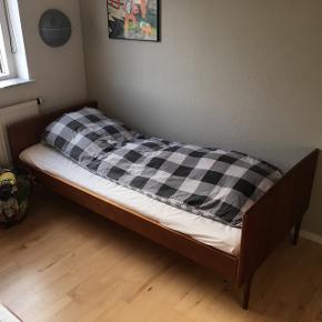 2 styk teaksenge i massivt træ. De passer til madrasser 85*190. Ti styks Dreamzone madrasser i denne størrelse medfølger. Lamellerne til den ene seng ville være gode at skifte. Sengene er meget nemme at samle. Består af to sidernes to ender. Der skal ikke bruges skruer eller søm.