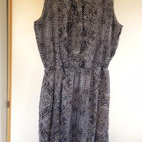 Sød kjole. bm 75 x 2 og læ 105 cm.