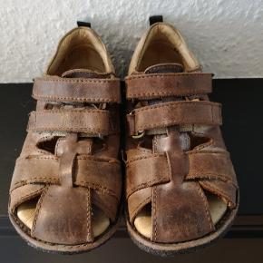 Dejlig skind sandal, med god pasform. Brugt en halv sæson sidste sommer, så de har mange gode timer i sig endnu. 🙂  Fra røg og dyre frit hjem.