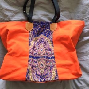 Fantastisk tote bag fra carven. Oprindelig købspris: 2500 kr.  Har nogle brugsspor :)  Skriv endelig for flere billeder :)  Se også mine andre annoncer 🌼😊  Canvas carven orange mønster taske