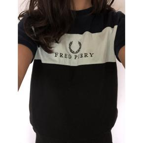 Sælger denne smarte t-shirt fra Fred Perry 🌸 i en størrelse M 💫 (fitter xs-s) Nypris: ca. 500,- Fragt: 40,- 📦