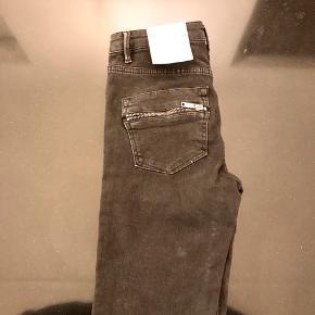 2nd Day 2nd Jolie Cropped Zip lækre nye jeans med lynlås i ben og på lommer. Helt nye med tags. Str. 24. Sorte / meget mørkegrå i farven. Med stræk/ stretch. Mangler lynlås-lukker på to lynlåse. Se billedet.  Jeg har også mange andre jeans fra Day i nogenlunde samme størrelse til salg :)  Se også mine mange andre annoncer med lækre mærkevarer, vintage og andre fine ting til gode priser. Der er ekstra gode priser, hvis du køber flere af mine varer :)  Varen er i Blovstrød på Nordsjælland.