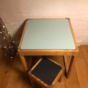 Super lækkert flip top bord og stol til børneværelset fra Sebra. Er ikke brugt på børneværelset og fremstår derfor i fin stand fraset lille ridse i grå bordplade.