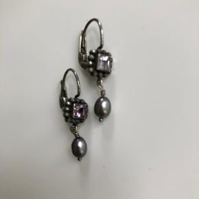 Smukke øreringe i oxyderet sterling sølv med lilla ametyst og blodperler.