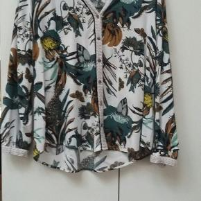Skøn skjorte fra PBO. stort set ikke brugt.  Fremstår som ny.  Pris 100 kr plus porto.