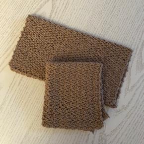 Helt ny hæklet klude sælges. Kan bruges både som vaskeklude eller karklude og kan vaskes ved 40 grader i vaskemaskinen. Andre farver kan laves :)