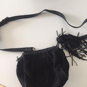 Fin taske/pung fra Becksøndergaard med pompon. Fremstår som ny. Justerbar hank på 1,15 m.