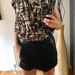Zara skort in imitated leather and top in stripes from mango in very good condition or top from full circle never used. Price for outfit 170 kr