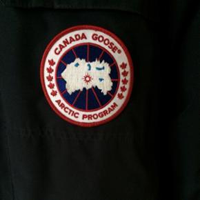 Canada goose Expedition jakke som stort set ikke er blevet brugt. Det er en str M men er stor i størrelsen så den svarer til en str L. Pæn og ingen slid
