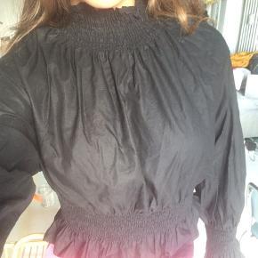 Sort creped trøje i bomuld fra h&m Super lækker og flot! Vil også kunne passe en small  Tags: Zara h&m other stories