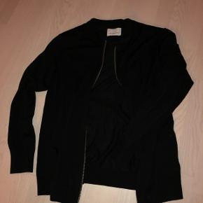 Samsøe & Samsøe uld-cardin. Meget stilren og tynd. Passer til en kølig sommeraften eller ud over en skjorte til en casual fest.