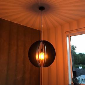 Flot pendel lampe som kun er brugt to måneder. Skriv eller ring hvis du ønsker at høre mere.