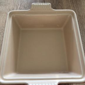 Le Creuset square casserole. 23cm 1,6 liter  Ny pris 649,95kr. Sælges for 500kr pp - kan afhentes i Farum. Ved TS handel betaler køber TS gebyr.