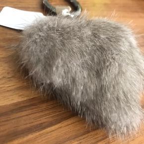 Ægte pels hjerte. Super flot som tilbehør til tasken.   Køber betaler porto.