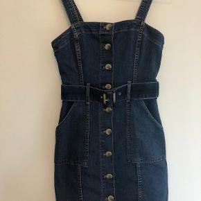 Sælger denne denim kjole, den er mega flot. Men den er dsv blevet for lille.  Str 34  Mp: BYD   (skriv for flere billeder)