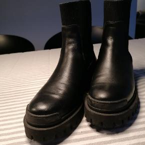Sælger mine støvler, da de desværre ikke passer mig. Har haft dem på en dag. Er pt. Udsolgt i det meste af DK. Super fed model. Sælges for 1300.