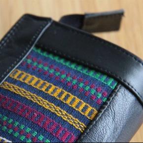 Læder clutch med håndhævet design på for- og bagside.  19x11x4 cm