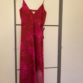 Sælger denne smukke kjole fra H&M, da jeg desværre ikke passer den. Mener nyprisen var omkring 300 kr.