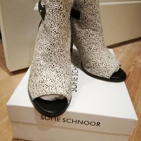 Støvler i læder og med leopard pels Aldrig brugt!..  Ny pris: 1499,-