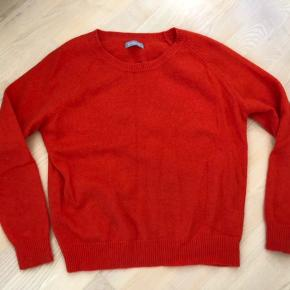 Super flot strik /sweater i flot orange. 50% lammeuld, 40% Angora og 10% nylon. Super god stand uden fnuller.