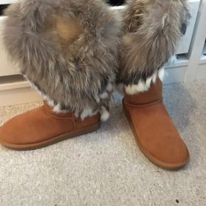 Lækre bamsestøvler med ægte pels. Holder fødderne varme i koldt vejr. Aldrig brugt.
