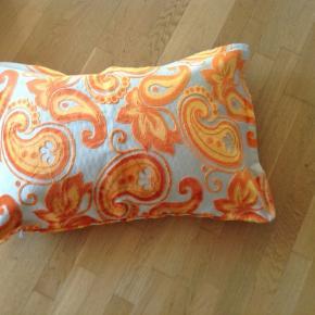 Puddebetræk  Farve orange og beige  Mål L: 75 x 50 cm  Pris 100,- pr stk Har 6 stk