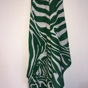 Vintage tørklæde med smukkeste zebra print i grøn og hvid. 100% polyester.