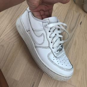 Skoene er godt brugt, men trænger bare til en vask og så er de gode igen. Den højre sko har en lille revne på fronten, som også kan ses på billedet 1. Jeg er åben for bud 👍🏼