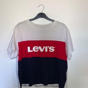 Levi's t-shirt i størrelse small - kun brugt få gange, og er der for i super god stand - byd gerne
