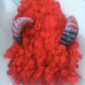 Så skøn djævleparyk med horn.  #halloween #djævel #fastelavn #udklædning #paryk