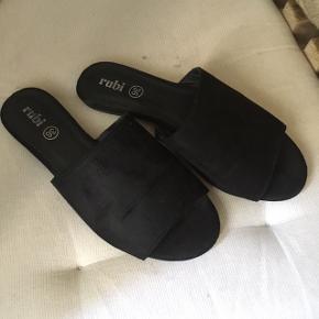 Imiteret ruskinds sandaler. Kun brugt 2 gange.