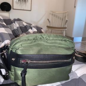 Fed army/flaskegrøn crossbody taske fra PIECES. Den er brugt men har ingen ødelæggelser overhovedet. Praktisk taske med lynlås rum bagpå, indeni og foran samt et stort rum i tasken og en lille lomme indvendigt.   Skriv endelig ved spørgsmål eller flere billeder✨ BYD endelig. Så kan vi finde ud af noget sammen🦋 Køber betaler forsendelsen!