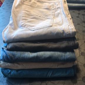 Har ryddet op i mit tøjskab, så har 16 par jeans, jeg skal have solgt. 1 par levis 32-30, 1 par Replay 31-34, 1 par Acne 31-32, 1 par Won Hundred 31-34,3 par diesel jeans i str. 29, 2 par diesel chinos str. 29, 2 par Diesel str. 30, 1 par levis str. 30, 2 par Hilfiger str. 30, 1 par Tiger of Sweden str. 30 og 1 par Nn07 str. 30. Kun kr. 900