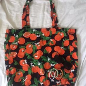 Sælger dette smukke sommeragtige net med appelsiner på fra envii. Perfekt stand. Sælges for 100kr ekskl fragt med Dao.