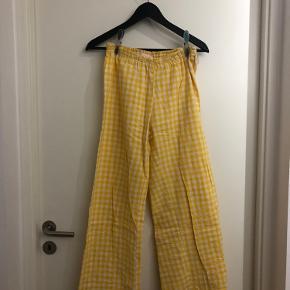 Bukserne er syet en anelse op, da de var for lange til mig