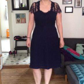 Marineblå kjole aldrig brugt. Mærke stadig i kjolen.