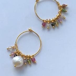 Nyhed 🌈   20 mm creoler med halvædelsten og barok perle   Kan laves i sølv også.  300.- pr par.  Kan også købes til 150.- pr stk.  Køb for over 400.- og jeg betaler fragten.