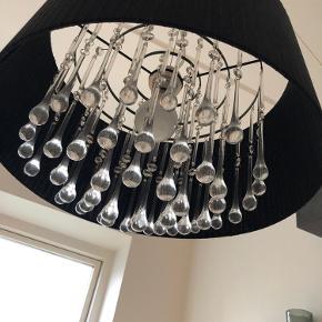 Flot loftlampe i sort med glasdråber. Giver super fint lys.  Købt i Salling men ikke bekendt med mærket. Står næsten som ny.