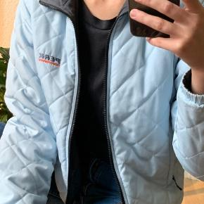 Baby blue jakke fra Peak Performance. Varm, let, behagelig. Den kan også vendes på vrangen, så den bliver grå. Farven er mest virkelighedstro på det sidste billedet. Den har en ren, lys, babyblue farve.  Jeg bruger normalt en størrelse S, og er 165cm,