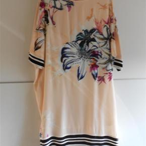 Varetype: kjole Farve: Multi Oprindelig købspris: 1199 kr.  Lækker mos mosh kjole aldrig brugt , sælges langt under halv pris