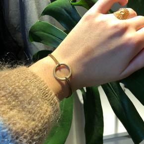 Sødt armbånd fra pilgrim som kan justeres i længde. Farven er ikke som den har været, og er falmet lidt (se billeder for stand)  Np 200