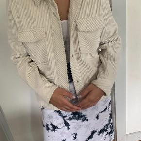 Råhvid jakke fra samsøe samsøe.  En størrelse small, men kan sagtens passes af en størrelse medium. Sælges da den ikke bliver brugt Np var 1100