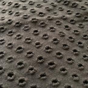 Flot top med hulmønster.  Kan desværre ikke se hverken str. eller materiale (mærket er klippet af), men måler ca. 47 cm over brystet. Længden er ca. 54 cm (Lidt længere bag på).  Bytter ikke!