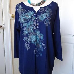 Isolde Varetype: Bluse  'Ny' Farve: Blå  Sød bluse sælges, desværre købt for lille.  (BYTTER IKKE)  Brystmål: 52x2 kan gi sig noget... Talje: 51x2 kan gi sig Hofter: 54x2 Længde: 67 Materiale: 100 % Bomuld