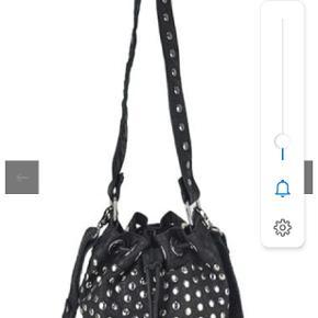 #30dayssellout Super fed Nuuno taske i sort skind med nitter sælges. Stort set ikke brugt. Modellen hedder Holly disco