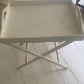 Fint Hvidt bakkebord med patina. Nemt at pakke væk hvor det ikke fylder meget. Mål: 60 lang 47 cm bred 58 cm højt.