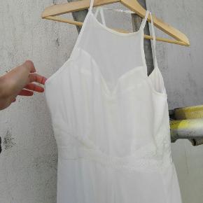 Smuk lang kjole med blonde og mesh detaljer og grafisk mønster bagpå. Brugt én gang til galla👸