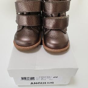 """Farve platino bronze Min datter kom aldrig til at gå mens der var sæson for disse, så de er brugt ganske få gange som """"pynte støvler"""" Har et par små ridser på snuden men fremstår ellers næsten som nye. Nypris 849 kr"""