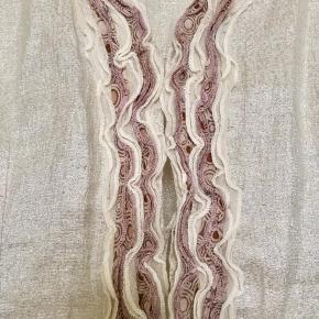 Fin top fra Heartmade i 38% linen (hør) , 30% viscose, 18% polyamide og 14% lurex. I den aller bedste ende af god men brugt uden huller, pletter, fnuller eller lign. Har knapper nedforan. Brystmål: 43 cm på tværs fra armhule til armhule, dvs 86 cm i omkreds. Længde: 56 cm fra nakken og ned. Søgeord: top vest skjorte creme sølv flæser flæse metallic silver fest
