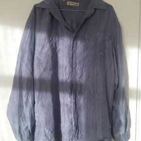 Virkelig smuk vintage silke skjorte i støvet lilla   100% silke